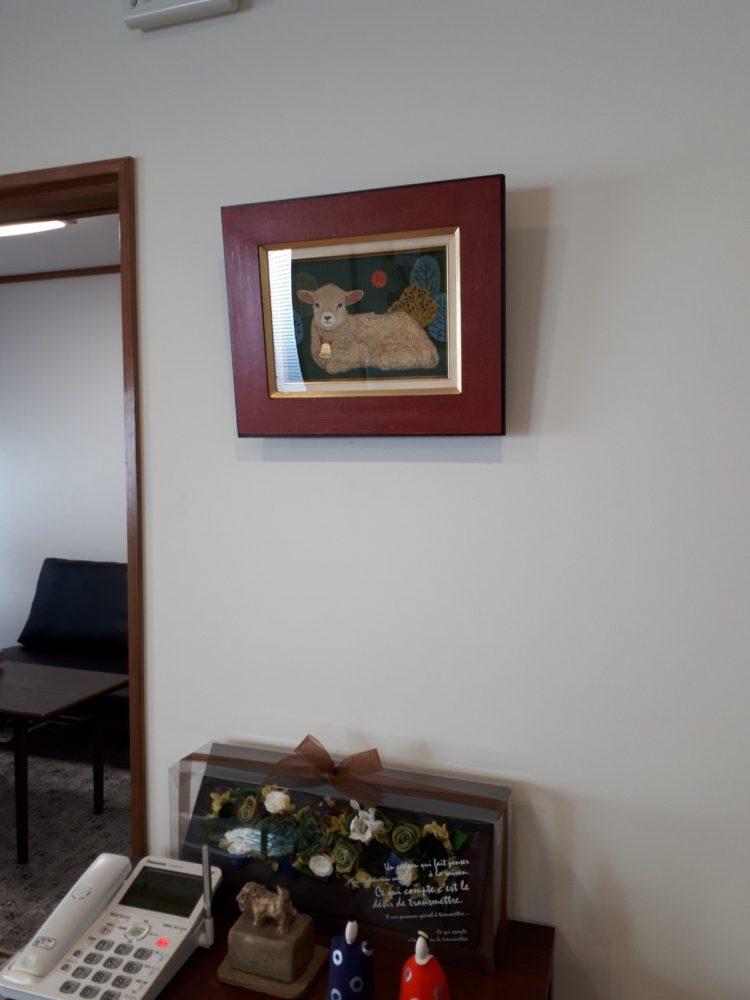 事務所に羊の絵を掛ける