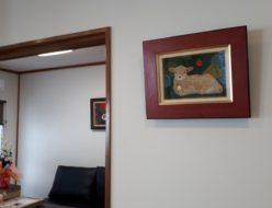 事務所と応接室に羊の絵を飾る