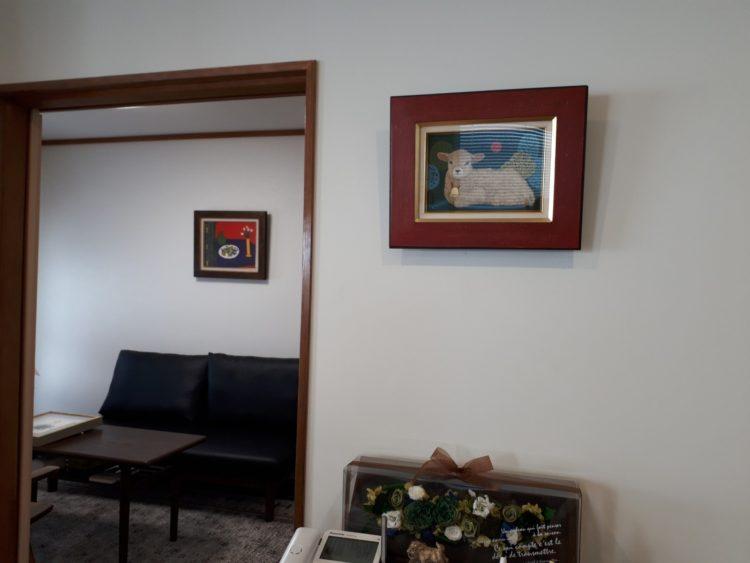 事務所の羊の絵と応接室の絵画