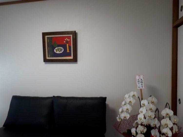 応接室に赤い絵画を飾る