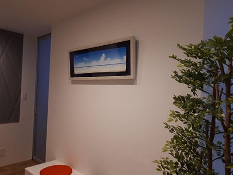 玄関に白石先生の海と風と雲との絵を掛ける
