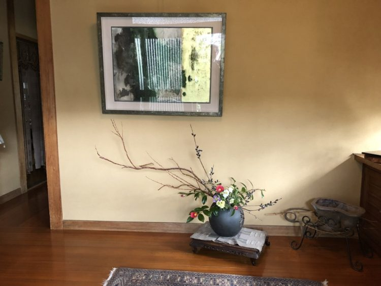 玄関に岩波昭彦先生の抽象画を飾る