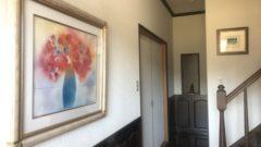 玄関にパルトゥシュ先生の絵を掛ける
